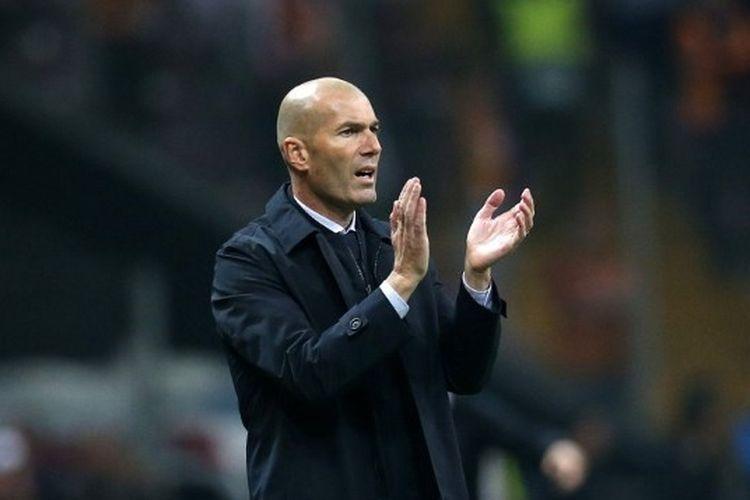 Pelatih Real Madrid, Zinedine Zidane memotivasi pemainnya saat berlaga di Liga Champions melawan Galatasaray, Rabu (23/10/2019) dini hari WIB.