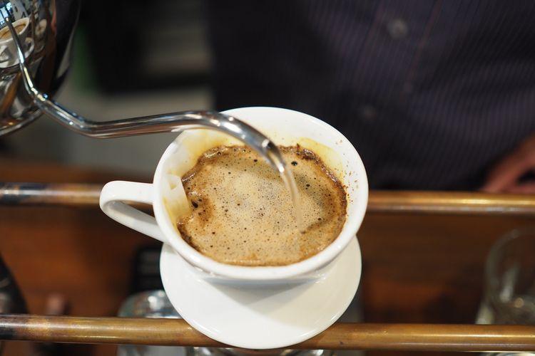 Ilustrasi menyeduh kopi
