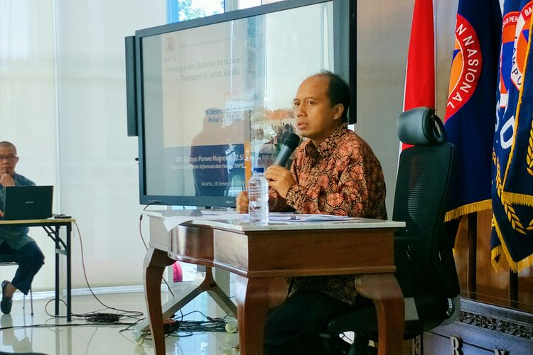 Kepala Pusat Data Informasi dan Humas BNPB Sutopo Purwo Nugroho menggelar konferensi pers terkait perkembangan penanganan dampak tsunami di Selat Sunda di Kantor BNPB, Jakarta, Jumat (28/12/2018)