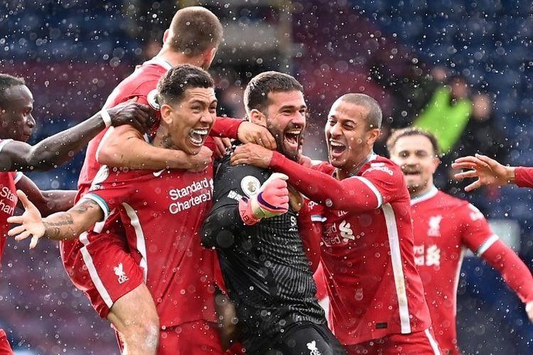 Liverpool diselamatkan oleh gol tandukan kiper Alisson Becker untuk meraih kemenangan 2-1 saat bertandang ke kandang West Brom di Stadion Hawthorns, Minggu (16/5/2021) malam WIB.
