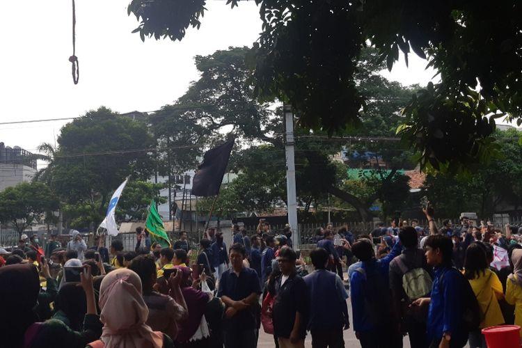 Jalanan di stasiun Palmerah dipadati terus oleh mahasiswa yang berdatangan ke Gedung DPR/MPR pada Selasa (24/9/2019)