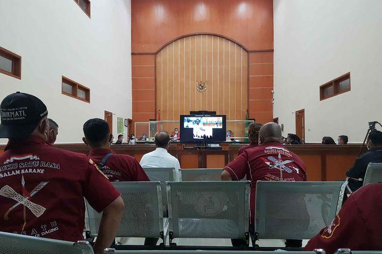 Suasana sidang lanjutan perkara  pembunuhan berencana dan pengeroyokan yang menjeratJohn Keidan kawan-kawan di Pengadilan Negeri Jakarta Barat pada Rabu (21/4/2021).