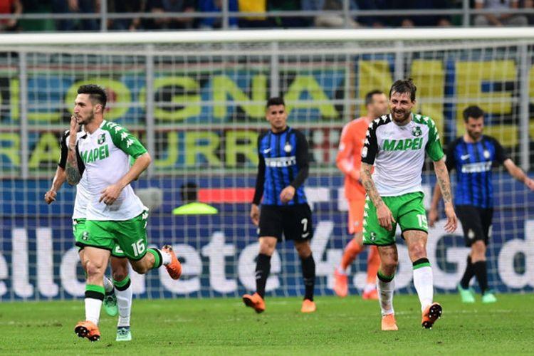 Pemain Sassuolo, Matteo Politano, melakukan selebrasi seusai menciptakan gol dalam laga Inter Milan Vs Sassuolo di Stadion Giuseppe Meazza, Milan, pada Sabtu (12/5/2018).