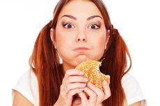 """Konsultasi: Ada Makanan """"Nyelip"""" di Gigi, Batalkah Puasa?"""