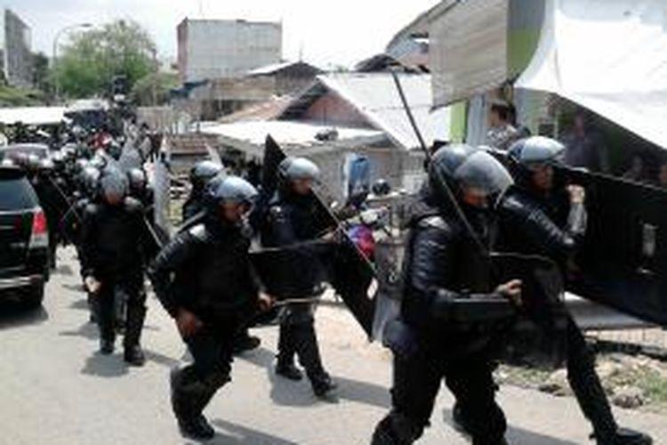 Polisi melerai dua kelompok massa bentrok pada Minggu (20/10/2013) di kawasan Tanjung Uma, Batam, Kepulauan Riau.