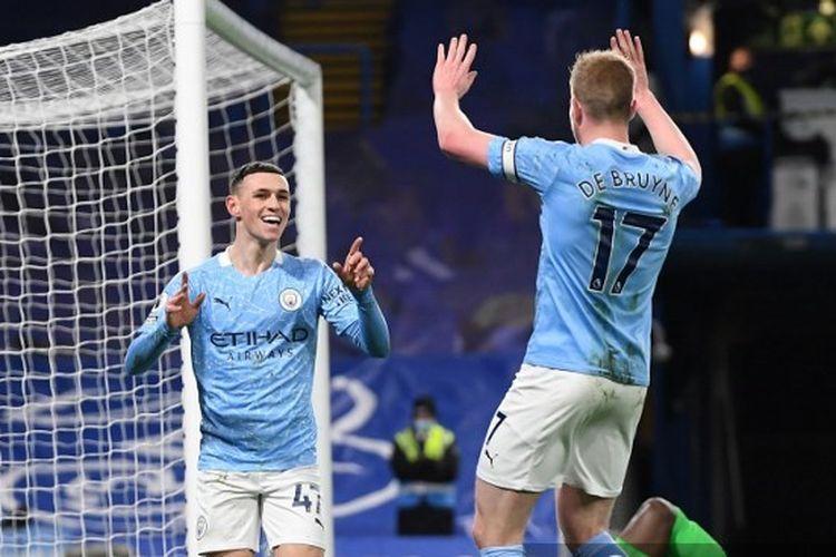 Phil Foden (kiri) merayakan golnya ke gawang Chelsea bersama Kevin De Bruyne, dalam laga Chelsea vs Man City di Stamford Bridge, Minggu (3/1/2021).
