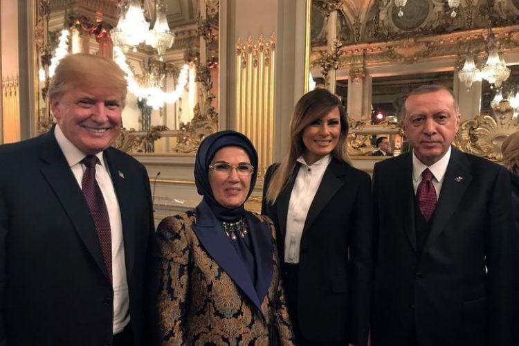 Presiden Turki Recep Tayyip Erdogan (kanan) dan istrinya Emine Erdogan (dua dari kiri) berpose dengan Presiden AS Donald Trump (kiri) dan Ibu Negara AS Melania Trump (dua dari kanan) selama acara jamuan makan malam yang diselenggarakan oleh Presiden Perancis pada Sabtu (10/11/2018). (AFP/Turkish President Press Service)