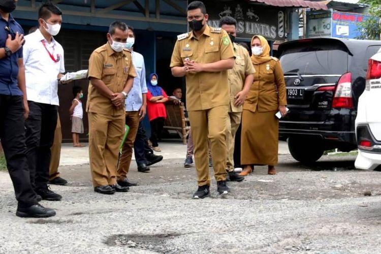 Wali Kota Medan Bobby Nasution meninjau Jalan Bunga Asoka di Kecamatan Medanselayang yang penuh lubang, Selasa (6/7/2021)