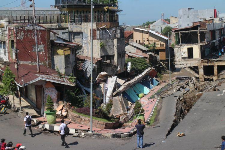 Kompleks pertokoan Jompo yang ambruk di Kabupaten Jember. DPRD Jember sudah mengingatkan, namun belum ada tindakan serius