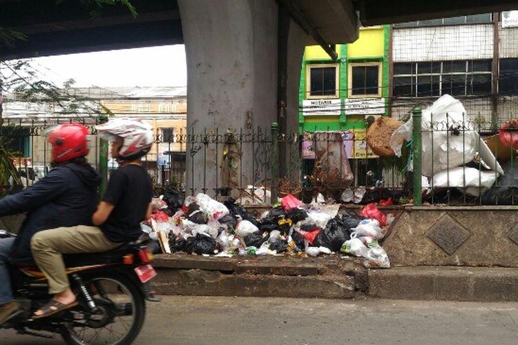 Sampah berserakan di bawah jalan layang Ciputat, Tangsel, Kamis (22/2/2018).