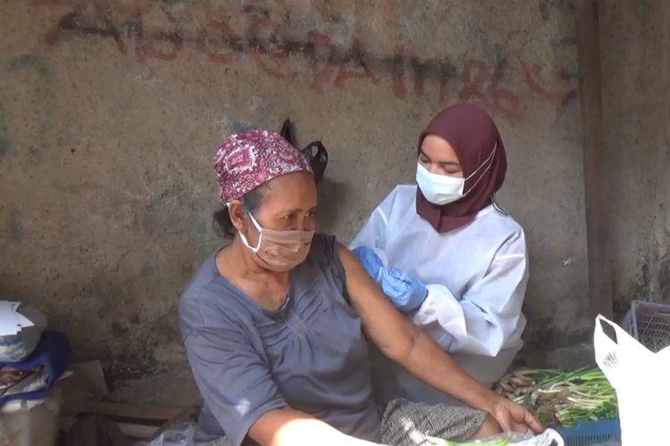 Jajaran Polsek Pancoran mendatangi calon penerima vaksinasi dari kalangan lansia dan penyandang disabilitas di kawasan Pancoran, Jakarta Selatan.