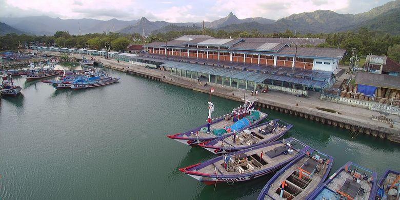Kapal penangkap ikan dan kapal pengangkut ikan.