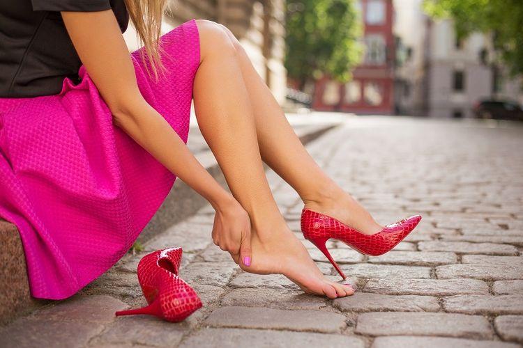 Seorang perempuan dan sepatu high heels-nya.