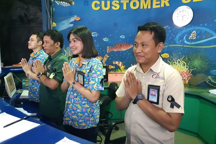 Karyawan Taman Impian Jaya Ancol gunakan pita hitam tanda bela sungkawa meninggalnya Ciputra