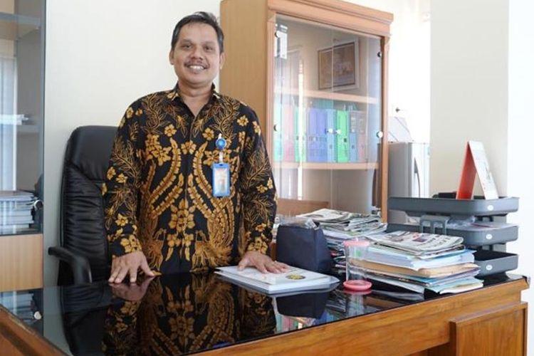 Mundholin, mantan penghuni panti asuhan yang kini menjadi direktur utama BPR BKK Kendal. KOMPAS.com/Slamet Priyatin