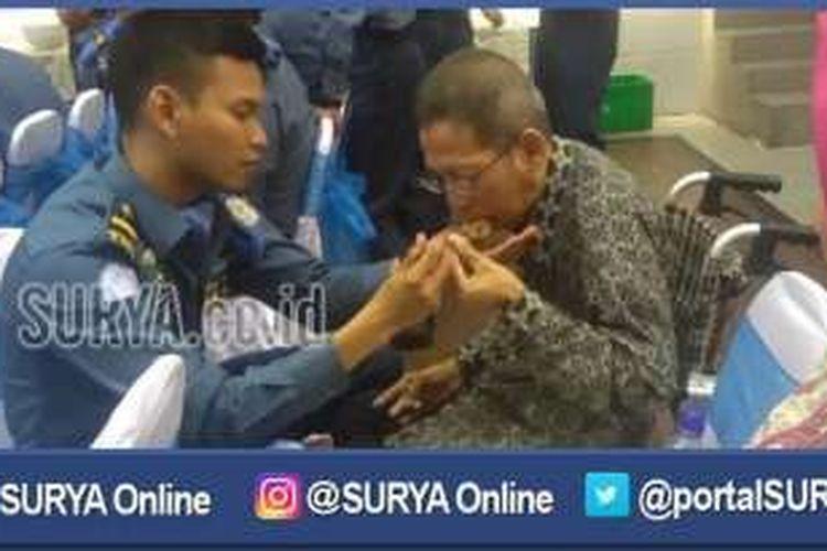 Letda Aulia A Rsyhadi menyuapi sang ayah saat tiba di Dermaga Armatim, Selasa (6/9/2016).
