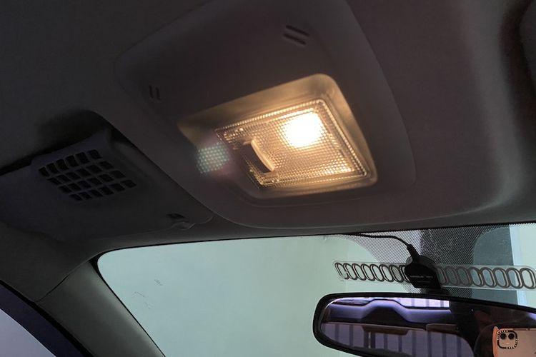 Lampu pada kabin mobil