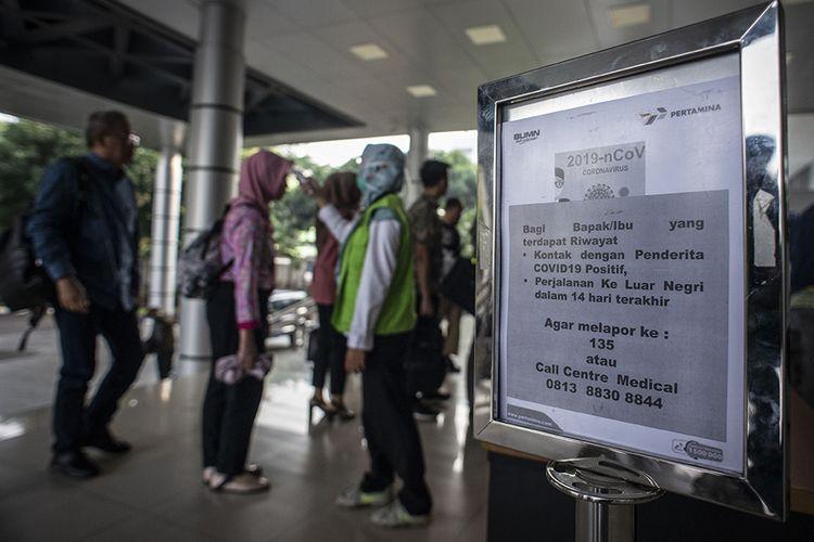 Tim Medis Rumah Sakit Pertamina Jaya memeriksa suhu tubuh seorang pegawai di Kantor Pusat Pertamina, Jakarta, Rabu (4/3/2020). Pemeriksaan kondisi suhu tubuh bagi pegawai maupun tamu tersebut untuk mengantisipasi penyebaran virus corona atau Covid-19.