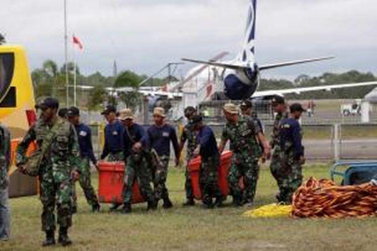 Anggota TNI AL membawa peralatan untuk operasi SAR jatuhnya pesawat AirAsia QZ 8501 di Pangkalan Bun, Kalimantan Tengah, Rabu (31/12/2014). Dua dari tujuh jenazah jatuhnya pesawat AirAsia QZ8501 yang telah ditemukan berhasil dibawa ke posko untuk kemudian diidentifikasi di RSUD Sultan Imanudin.