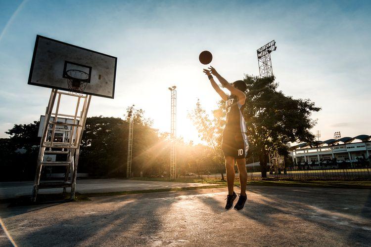 Ilustrasi bermain basket