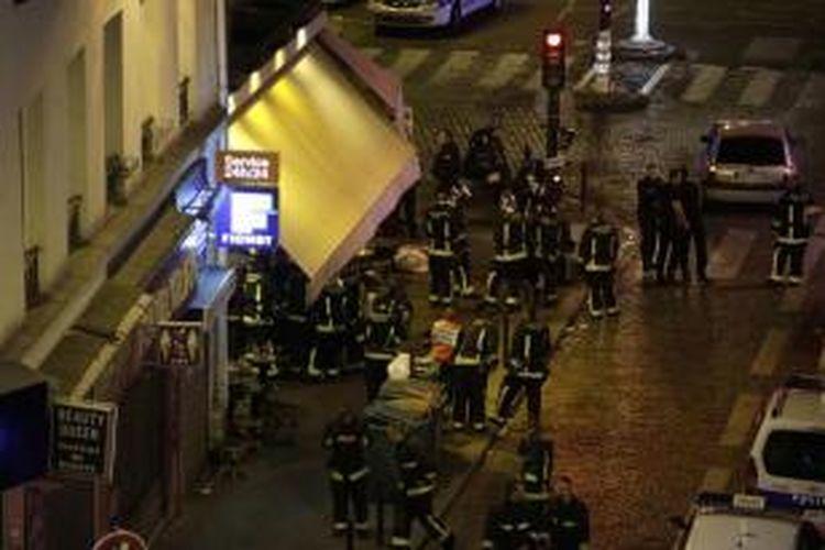 Polisi terlihat berkumpul di depan restoran, Paris, 13 November 2015. Lebih dari 100 orang tewas dalam aksi penembakan dan bom yang dilakukan oleh teroris pada 13 November malam.