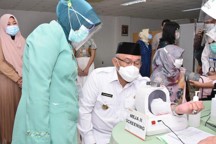Wali Kota Depok Mohammad Idris sedang menjalani pemeriksaan tensi darah sebelum menjalani vaksinasi Covid-19 pada Rabu (10/3/2021).