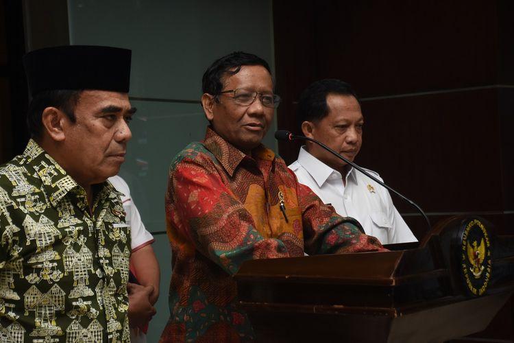 Menkopolhukam Mahfud MD (tengah) didampingi Menteri Agama Fachrul Razi (kiri) dan Mendagri Tito Karnavian memberikan keterangan pers usai rapat terbatas di Kantor Kemenko Polhukam, Jakarta, Rabu (27/11/2019). Rapat terbatas Menkopolhukam bersama Menag dan Mendagri tersebut membahas soal perpanjangan surat keterangan terdaftar (SKT) ormas Front Pembela Islam (FPI), rencana reuni alumni 212, serta rencana kepulangan Rizieq Shihab. ANTARA FOTO/Indrianto Eko Suwarso/ama.
