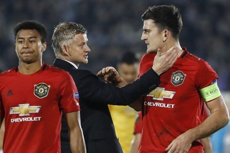 Pelatih Manchester United, Ole Gunnar Solskjaer memberi arahan kepada Harry Maguire kala bertandang ke markas Partizan dalam Liga Europa, Kamis (24/10/2019) malam WIB.