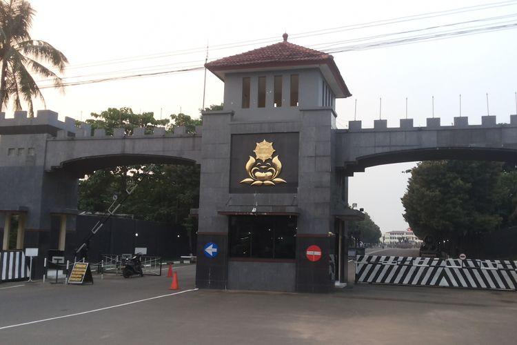 Kondisi di depan Mako Brimob, Kelapa Dua, Depok pada Rabu (21/6/2017) sore. Terpidana kasus penodaan agama Basuki Tjahaja Purnama alias Ahok yang kini masih ditahan di Mako Brimob dikabarkan akan dipindahkan ke LP Cipinang, Jakarta Timur pada Rabu hari ini. Pemindahan yang dilakukan merupakan tanda telah dimulainya proses eksekusi hukuman atas hukuman dua tahun penjara yang dijatuhkan kepadanya.