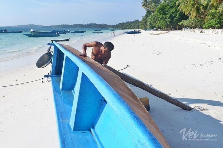 Seorang penduduk Kepulauan Kei di Pantai Ngur Sarnadan, Maluku Tenggara.