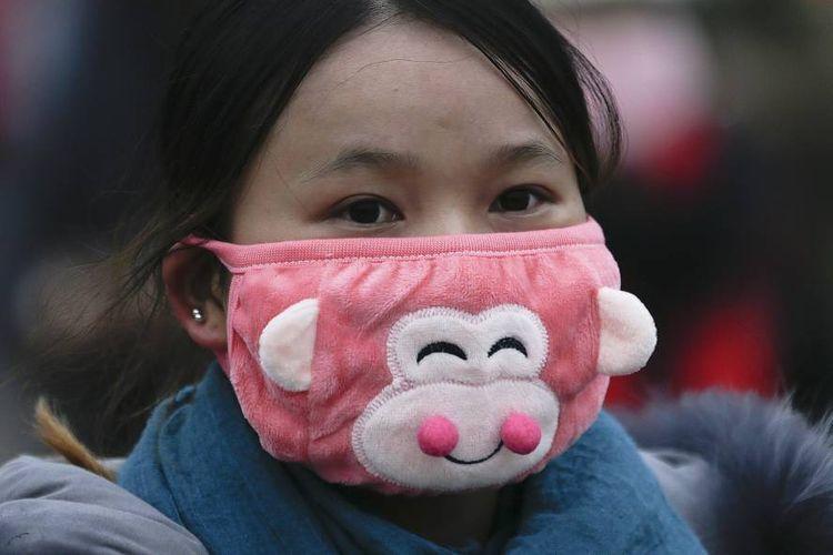 Berbagai bentuk dan gaya masker wajah digunakan warga untuk melindungi dirinya.