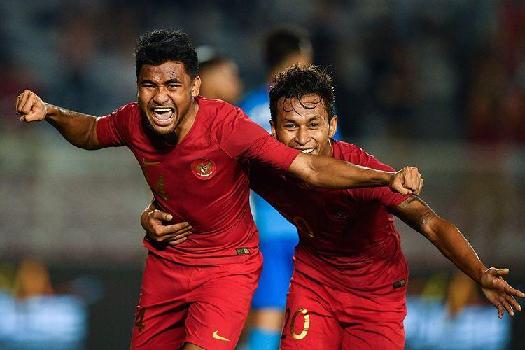 Pemain Timnas U-22 Indonesia Asnawi Mangkualam Bahar (kiri) melakukan selebrasi bersama Osvaldo Haay seusai mencetak gol ke gawang Timnas Singapura dalam pertandingan Grup B SEA Games 2019 di Stadion Rizal Memorial, Manila, Filipina, Kamis (28/11/2019). Indonesia mengalahkan Singapura dengan skor 2-0.