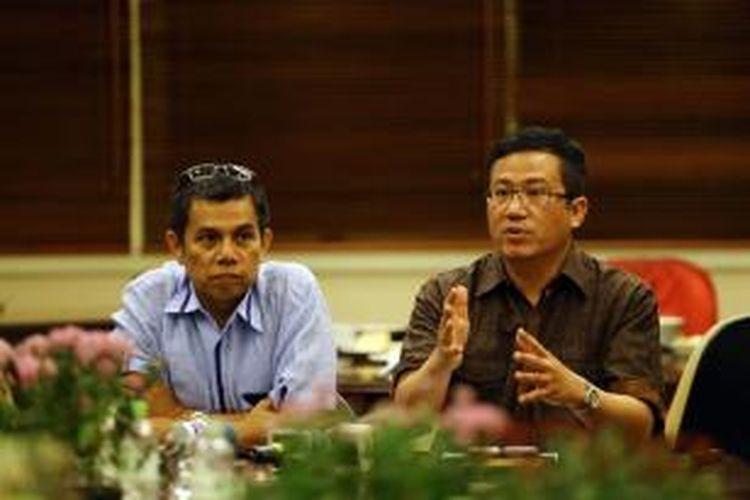 Juru Bicara Komite Konvensi Partai Demokrat, Hinca Panjaitan (kiri), bersama Anggota Komite Konvensi Partai Demokrat Didi Irawadi, memberikan keterangan kepada wartawan seusai rapat tim konvensi di Jakarta, Senin (19/8/2013) malam.