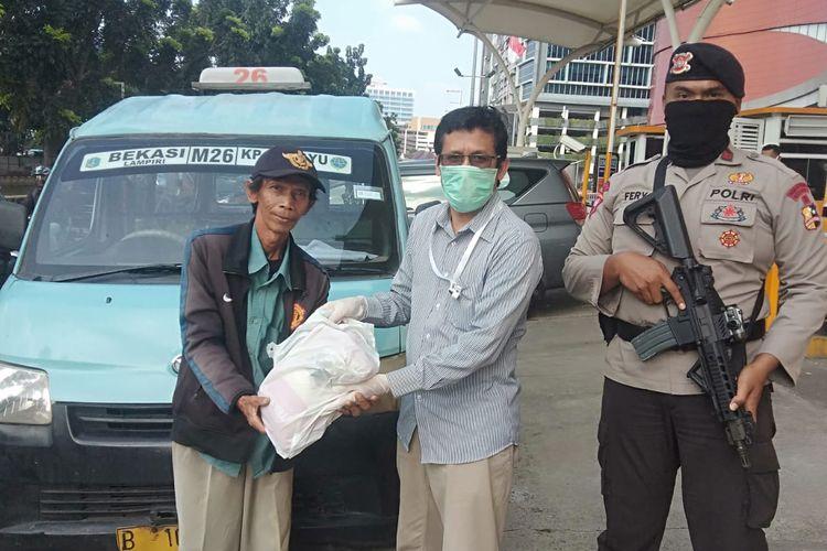 Sebanyak 1.000 paket sembako kepada warga di sekitar pproyek Metropolitan Mall Bekasi, Hotel Horison Ultima Bekasi, Grand Metropolitan, dan M Gold Tower.