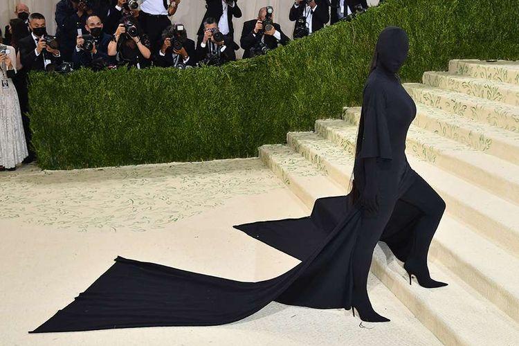 Selebriti sekaligus sosialita AS, Kim Kardashian, berpose dengan busana uniknya saat menghadiri acara penggalangan dana Metropolitan Museum of Art's Costume Institute Gala alias Met Gala 2021 di New York, Amerika Serikat, Senin (13/9/2021). Kegiatan tersebut ditiadakan tahun 2020 akibat pandemi Covid-19 dan tahun ini kembali digelar dengan mengangkat tema 'In America: a Lexicon of Fashion'.