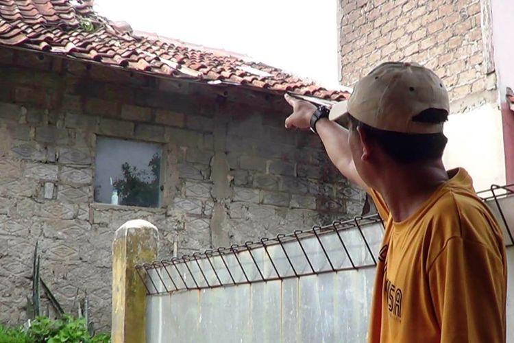 Seorang warga menunjukkan sarang tawon diduga jenis vespa affinis di atap rumah di Cianjur, Jawa Barat. Dua warga setempat sempat disengat dibagian telinga dan tangan.