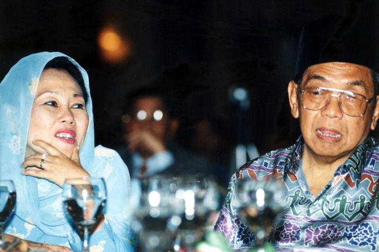 Presiden kelima RI Abdurrahman Wahid bersama istri, Shinta Nuriyah.
