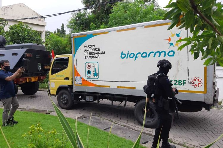 Truk pembawa vaksin Covid-19 sampai di kantor Dinas Kesehatan Jatim di Jalan Ahmad Yani Surabaya, Senin (4/1/2021).