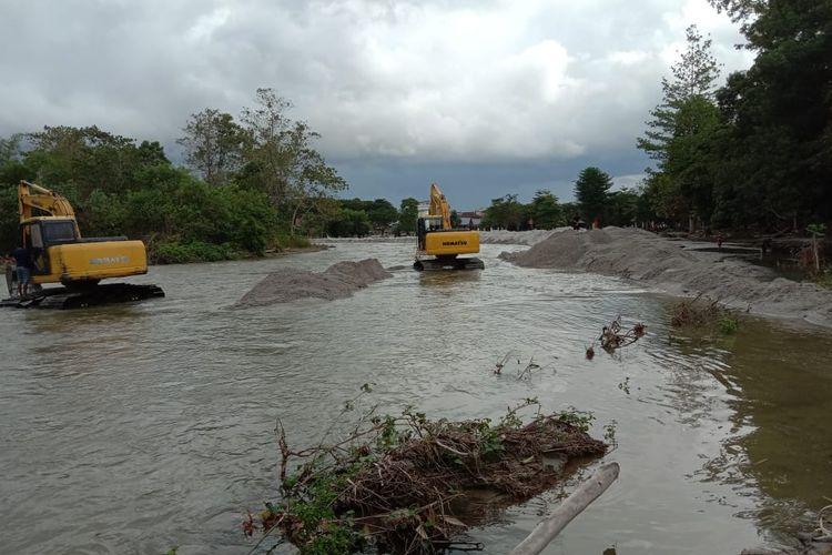 Dua alat berat (eskavator) milik Dinas Pekerjaan Umum dan Penataan Ruang Pemerintah Daerah  Kabupaten Luwu Utara terlihat beroperasi di sekitar sungai Masamba, tepatnya di sekitar wilayah kota Masamba.