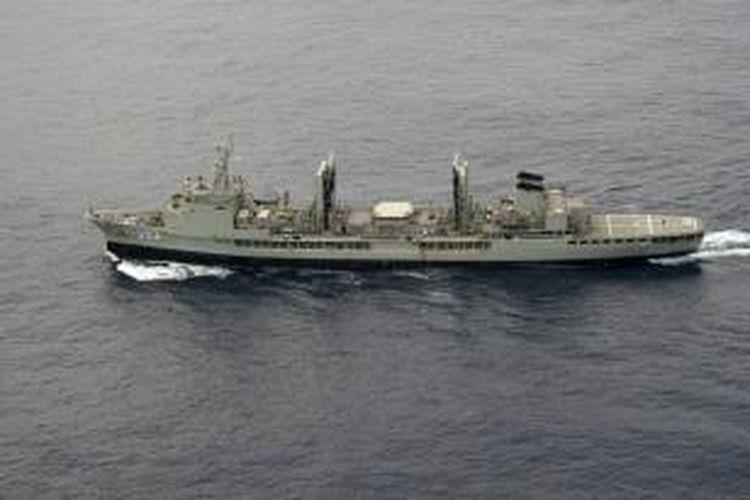 Kapal angkatan laut Australia, HMAS Success ikut membantu upaya pencarian Malaysia Airlines MH370 yang diyakini jatuh di Samudra Hindia.