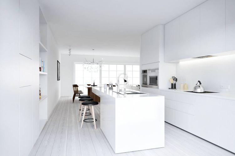 Dapur minimalis serba putih bergaya Nordic dengan jendela kaca super besar