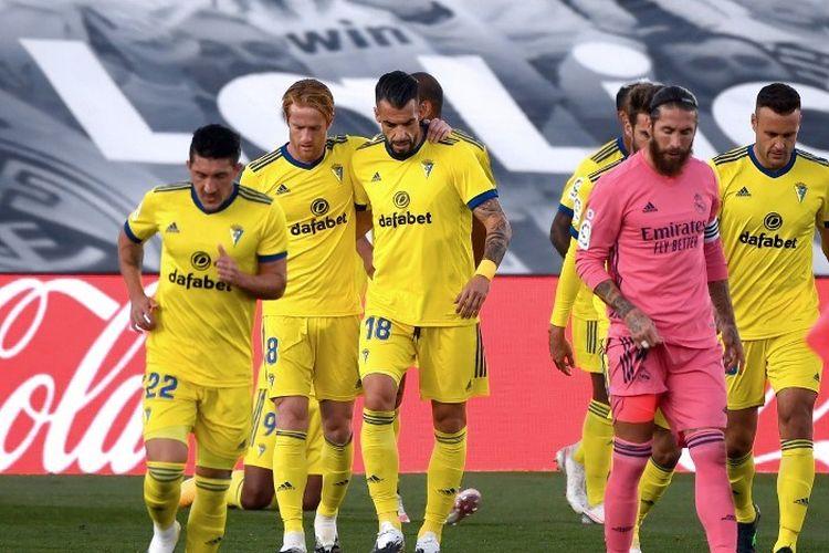 Para pemain Cadiz merayakan gol penyerang Honduras Cadiz Anthony Lozano selama pertandingan sepak bola Liga Spanyol antara Real Madrid CF dan Cadiz CF di stadion Alfredo Di Stefano di Valdebebas, timur laut Madrid, pada 17 Oktober 2020