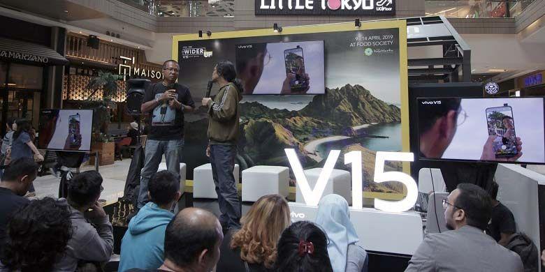 Fografer senior dari Harian Kompas, Arbain Rambey, bersama Pemimpin Redaksi National Geographic Indonesia, Didi Kaspi, pada sesi talkshow dalam rangkaian acara ?Go Wider Go Up? yang digelar pada Minggu (14/4/2019) lalu di Kota Kasablanka, Jakarta Selatan.