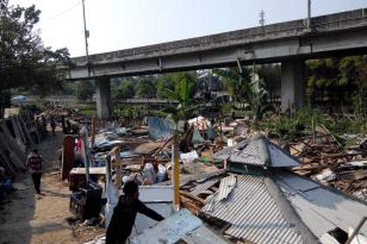 Kondisi bekas bangunan liar di RW 16 Kolong Tol Wiyoto Wiyono, Pejagalan, Penjaringan, Jakarta Utara yang telah rata dengan tanah pascapembongkaran, Kamis (23/7/2015).