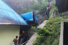 Mobil Angkot Tersangkut di Atap Rumah di Ambon, 7 Penumpang Terluka