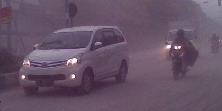 Mobil menerobos abu vulkanis dari letusan Gunung Kelud.