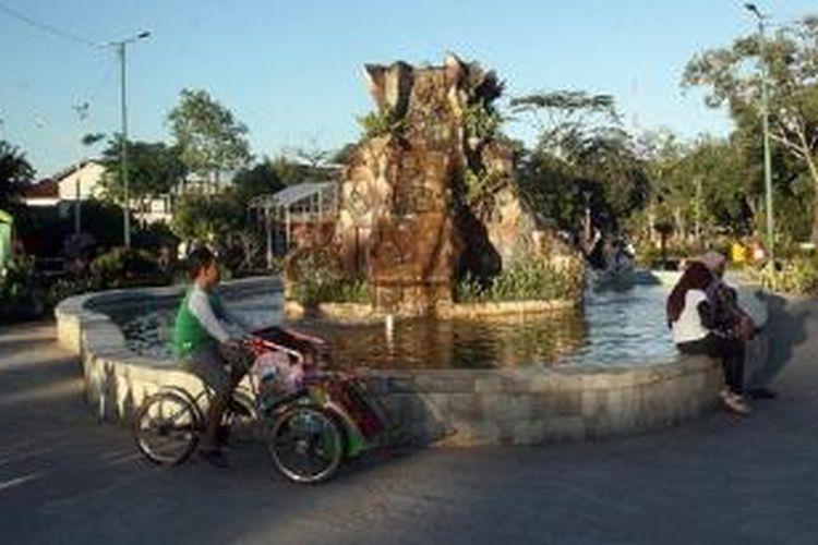 Warga bersantai di Taman 3 Generasi, Balikpapan, Kalimantan Timur, Rabu (3/6) sore. Tahun 2014, Balikpapan menyabet penghargaan sebagai kota paling layak huni di Indonesia. Meski menggencarkan industri dan perdagangan, Balikpapan masih menyediakan ruang terbuka hijau, kebersihan, keamanan, dan kenyamanan bagi warganya.