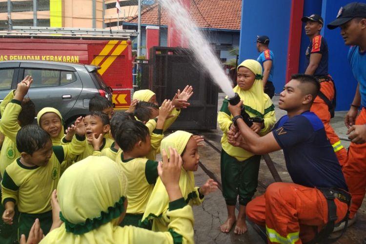 Petugas Dinas Pemadam Kebakaran Kota Surabaya memberikan edukasi tentang bahaya kebakaran kepada siswa-siswi taman kanak-kanak di kantor Dinas PMK Surabaya, Senin (25/2/2019).