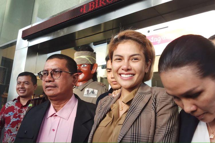 Tersangka Nikita Mirzani seusai permohonannya dikabulkan menjadi tahanan kota oleh Kejaksaan Negeri Jakarta Selatan, Senin (3/2/2020).