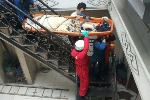 Damkar Evakuasi Nenek 78 Tahun yang Jatuh di Lantai 2